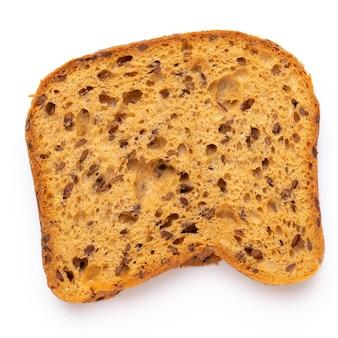 Fatia de pão de centeio em um fundo branco. postura plana.