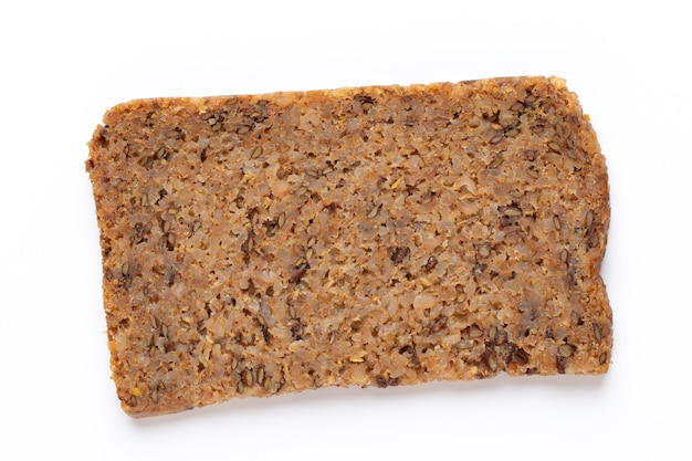 Fatia de pão de centeio em uma superfície branca. postura plana.