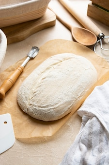 Fatia de pão de fermento natural em banneton, massa crua em cesto de rattan impermeabilizante, pão caseiro feito de fermento selvagem.