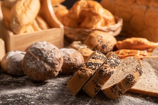 Fatia de pão de gergelim e variedade de padaria
