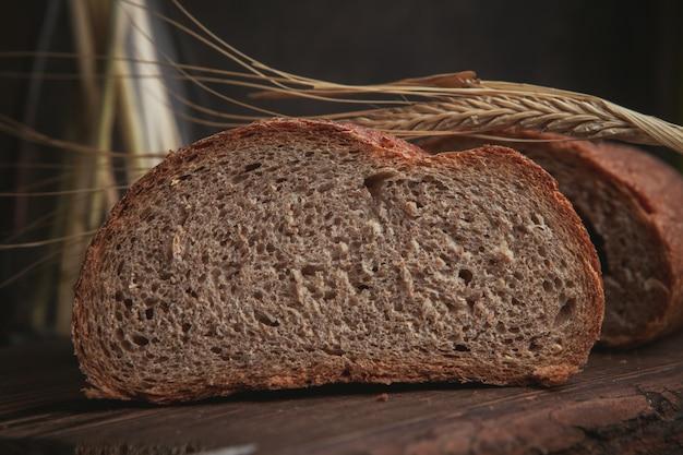 Fatia de pão em uma tábua e close-up marrom escuro