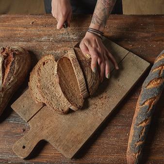 Fatia de pão fresco e faca de corte
