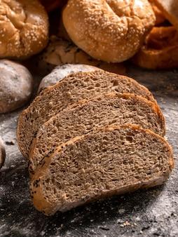Fatia de pão na mesa de madeira preta