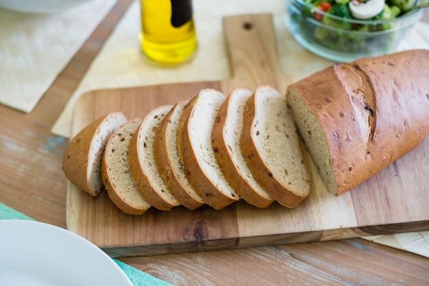 Fatia de pão na tábua
