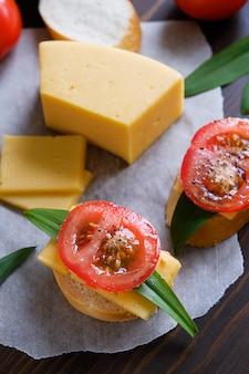 Fatia de pão, sanduíches, tomates, saleiro, queijo