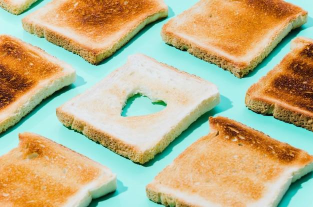 Fatia de pão torrado com forma de coração