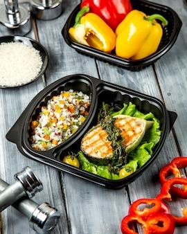 Fatia de peixe frito com arroz e legumes
