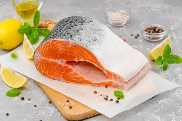 Fatia de peixe vermelho salmão com azeite de limão, manjericão fresco e especiarias