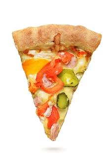 Fatia de pizza com salsichas, pimenta, picles, tomate e queijo isolado na superfície branca.