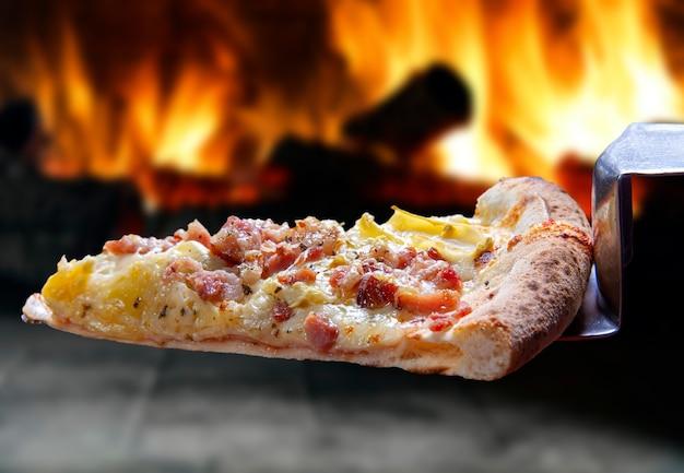 Fatia de pizza de mussarela derretida e bacon