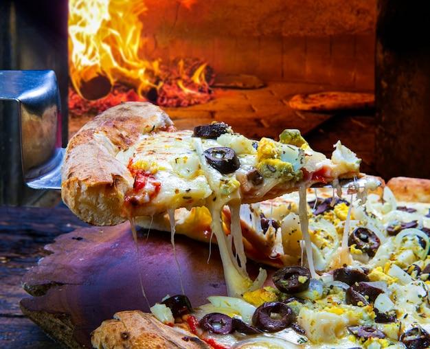Fatia de pizza de mussarela derretida