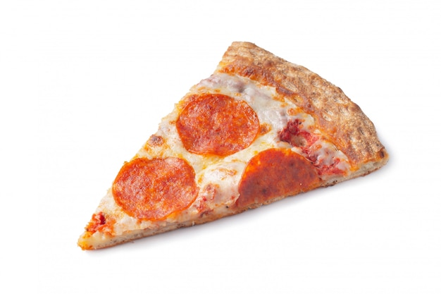 Fatia de pizza de pepperoni original clássica italiana fresca isolada no fundo branco. vista do topo
