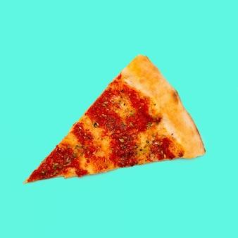 Fatia de pizza em um fundo azul. arte minimalista