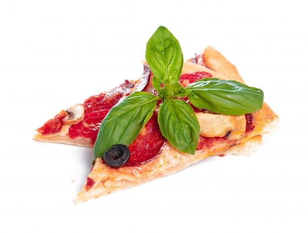 Fatia de pizza fresca com calabresa isolada no branco
