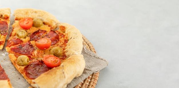 Fatia de pizza no espaço da cópia