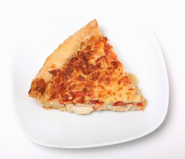 Fatia de pizza no prato branco sobre fundo branco