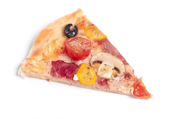 Fatia de pizza original clássica italiana fresca isolada no fundo branco