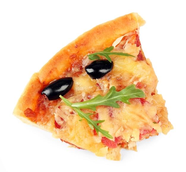 Fatia de pizza recém-assada isolada no branco