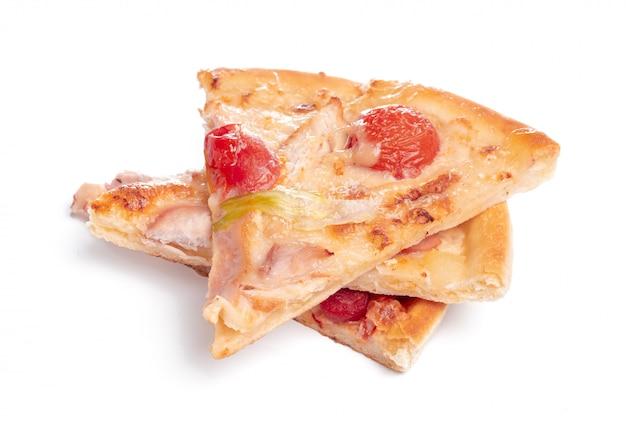 Fatia de pizza saborosa com legumes e manjericão, isolado no branco