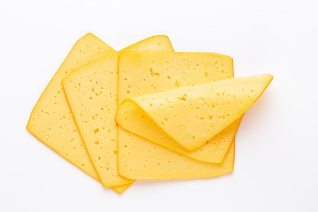 Fatia de queijo em fundo branco.