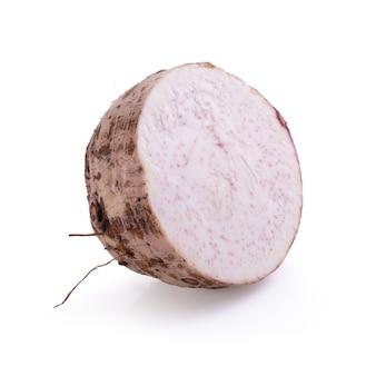 Fatia de raiz de taro isolada em um fundo branco.