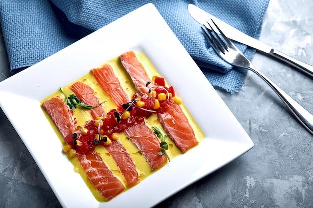 Fatia de salmão com pimenta, sal, ervas e azeite. vista superior, espaço para texto.