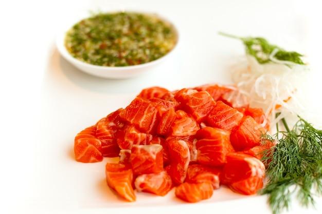 Fatia de salmão cru ou sashimi de salmão em estilo japonês fresco servir com molho