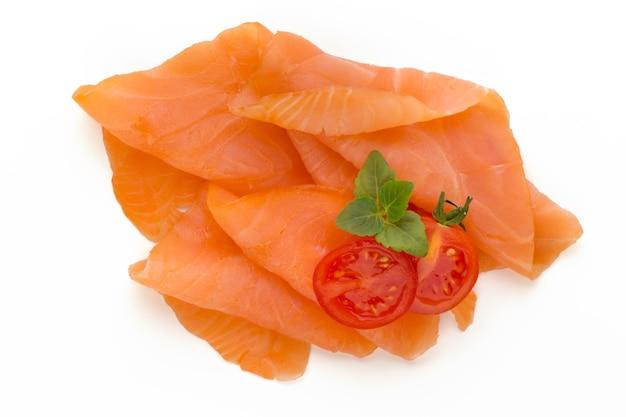 Fatia de salmão fresco e especiarias na superfície branca.