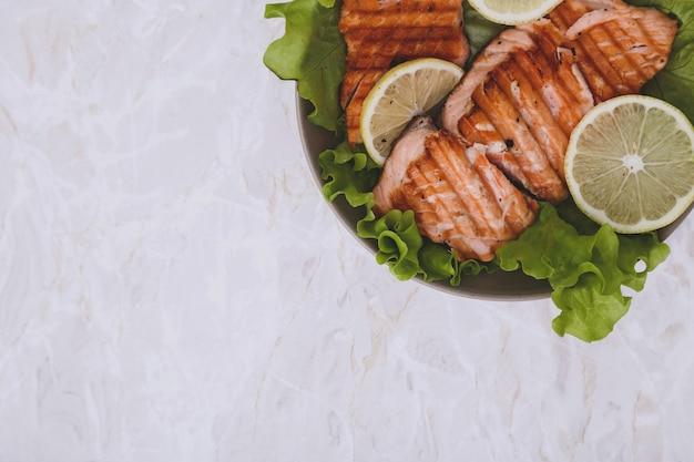 Fatia de salmão grelhado