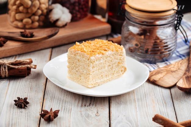 Fatia de sobremesa doce de bolo de mel em um prato