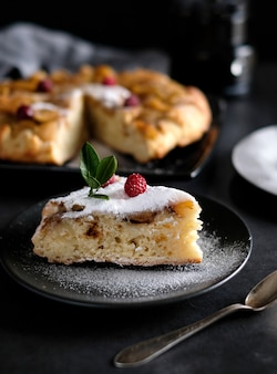 Fatia de torta de maçã com açúcar em pó