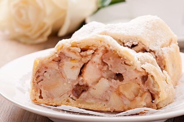 Fatia de torta de maçã no prato