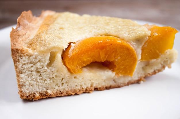 Fatia de torta de pêssego de damasco em prato branco