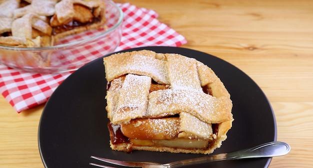 Fatia deliciosa de torta de maçã fresca caseira servida na mesa de madeira