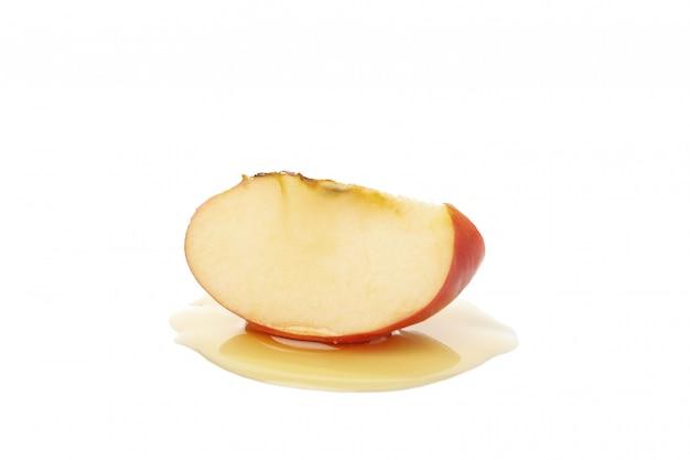 Fatia e mel de apple isolados no branco. tratamento natural