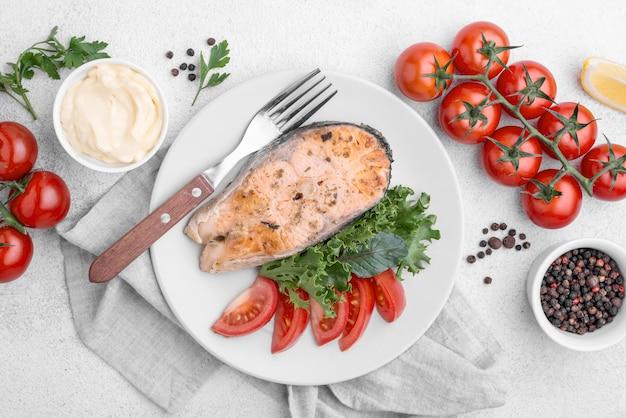 Fatia exótica de frutos do mar com salmão e tomate cereja
