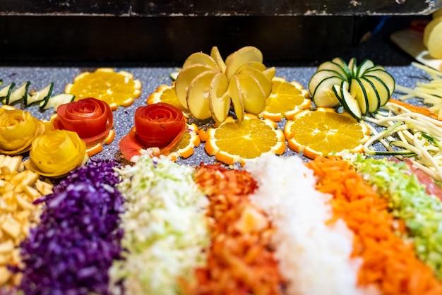 Fatia fresca de vegetais cortados em formas engraçadas.