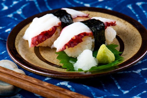Fatia japonesa do polvo do tako do sushi.