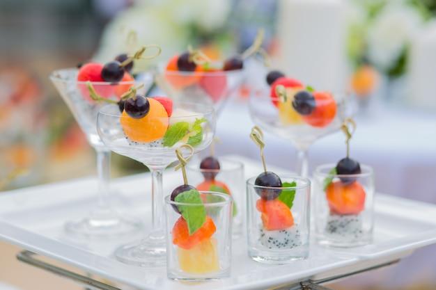 Fatia misturada saudável fruta fresca com vidro