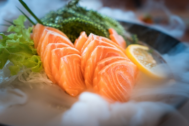 Fatia salmon crua ou sashimi salmon no saque fresco do estilo japonês no gelo na bacia.
