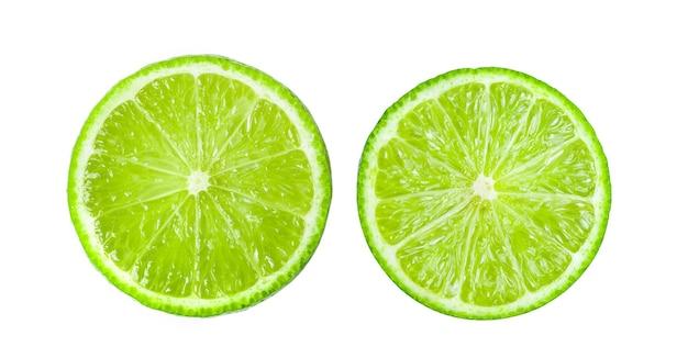 Fatia suculenta de limão isolada na superfície branca. vista do topo