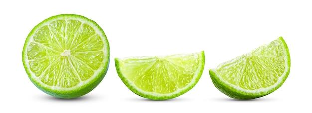 Fatia suculenta de limão isolada na superfície branca