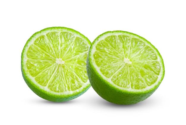 Fatia suculenta de limão isolada no fundo branco