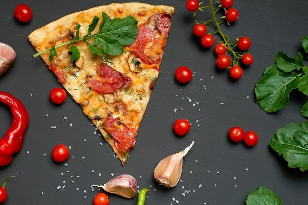 Fatia triangular de pizza assada com cogumelos, lingüiça defumada, tomate e queijo