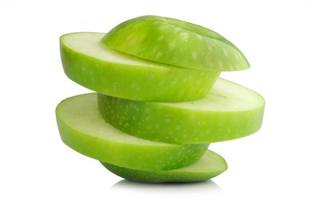 Fatia verde-maçã isolada no branco
