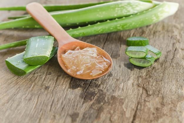 Fatiado e folha de aloe vera fresca com aloe vera gel product +
