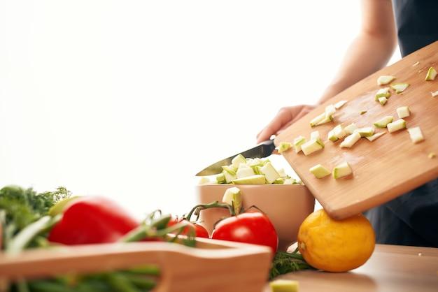 Fatiar vegetais na cozinha cozinhando alimentação saudável