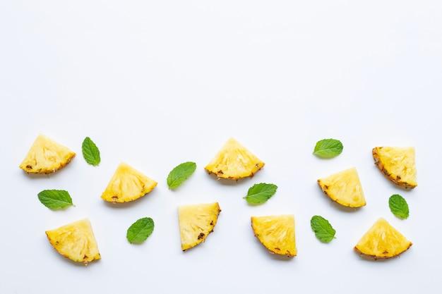 Fatias de abacaxi com hortelã no branco