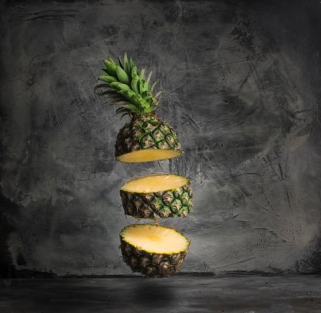 Fatias de abacaxi em fundo cinza frutas tropicais