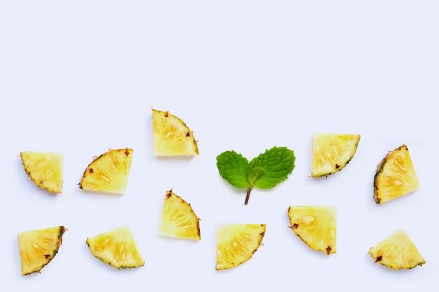 Fatias de abacaxi fresco com folhas de hortelã em branco
